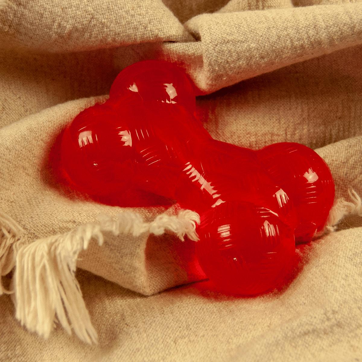 Röd hundleksak från Aimé