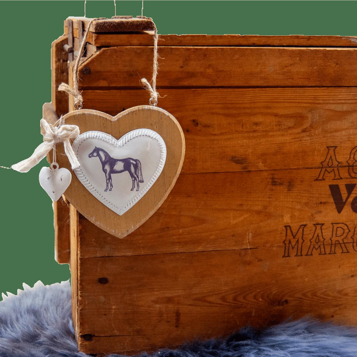 Träskylt- ett hjärta med hästmotiv
