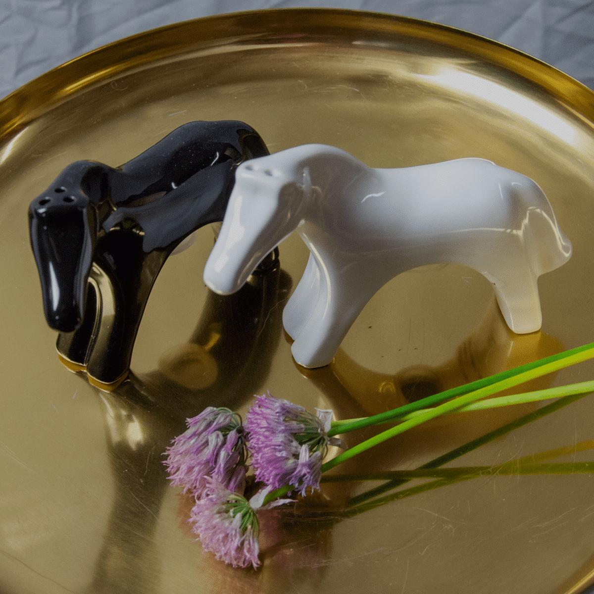 Salt- och pepparströare i form av två hästar