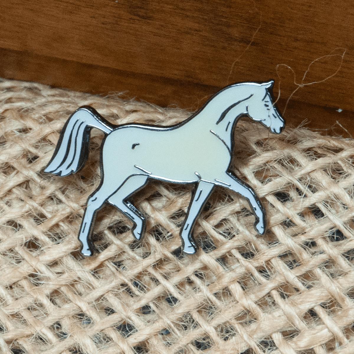 Vit häst- pin till kavajen